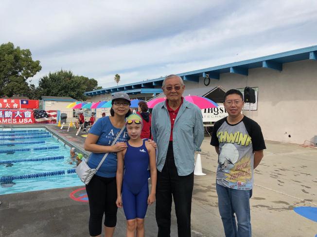 家住舊金山的11歲黃衍程,由父母陪同專程從舊金山飛來洛杉磯參加游泳錦標賽,共獲學童女子組十面金牌,受到美國中華體育聯誼會會長高啟正(右二)祝賀。(美國中華體育聯誼會提供)