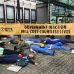 英國醫師「黏」上政府大樓 抗爭反氣候變遷