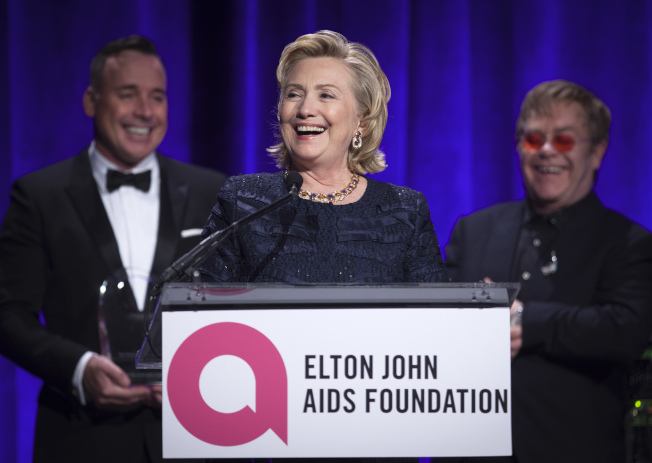 前國務卿喜萊莉‧柯林頓出席艾爾頓強與伴侶成立的「艾爾頓強偕伴侶愛滋基金會」(Elton John AIDS Foundation)活動。(美聯社)