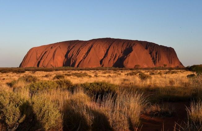 澳洲知名景點「烏魯魯」將於10月27日開始禁止攀爬。(歐新社)