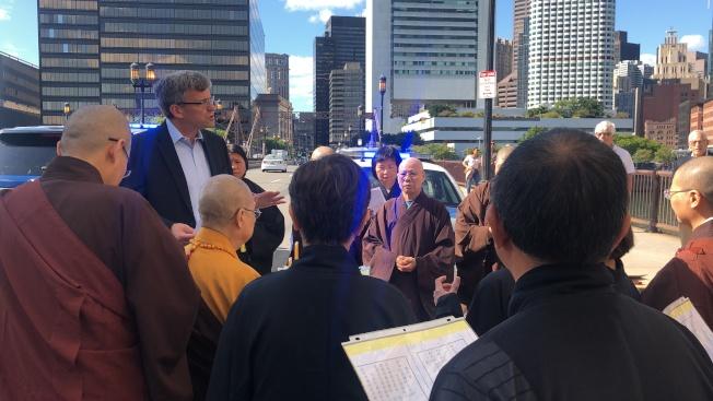 波士頓堡壘點社區協會和市議員費連辦公室邀請千佛寺法師到場為車禍身亡的李戴安舉辦追悼法會。圖為堡壘點社區協會代表瑞迪(左二)在紀念儀式上致辭。(記者劉晨懿之/攝影)