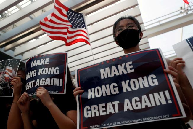 香港反送中運動,美國高度關切。圖為港大生促請美國政府加快推動方案,制裁違反人權的港府與中國官員。(路透資料照片)