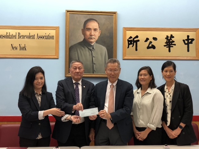 孫啟誠(右三)向華僑學校捐款5000元,左一為華僑學校校長王憲筠。(記者金春香/攝影)