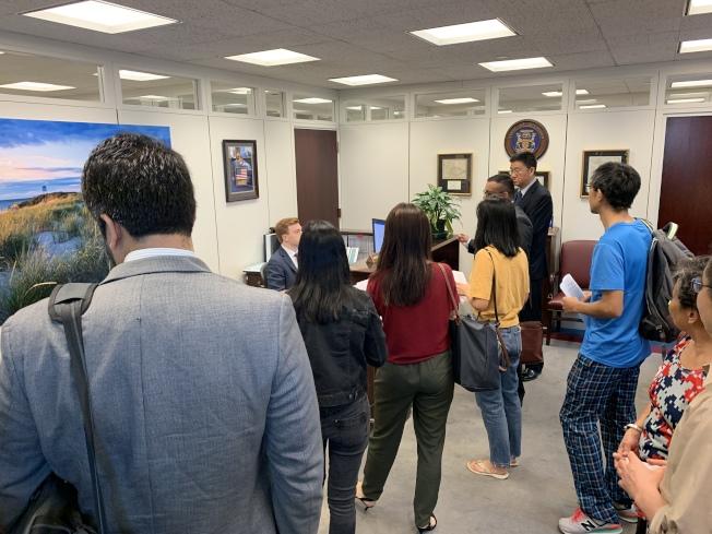 全美各地華人自發到參院Hart辦公大樓拜會各選區議員,陳述S386的爭議,要求議員表達反對。(記者羅曉媛╱攝影)