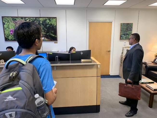 全美各地華人透過微信自發到參院Hart辦公大樓拜會各選區議員,陳述S386的爭議,要求議員表達反對。(記者羅曉媛╱攝影)