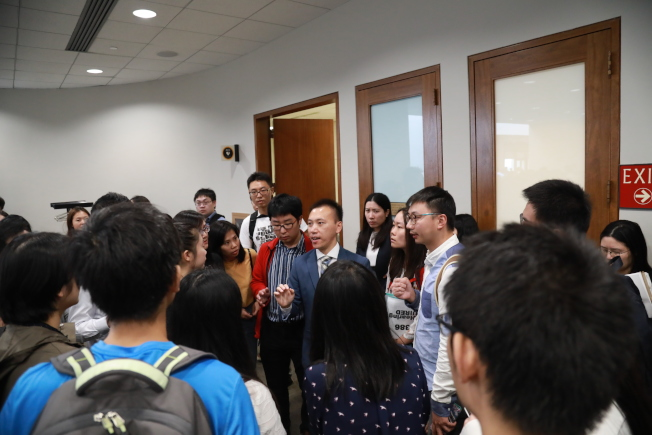 反對S386的伊州參議員德賓舉辦選民茶話會,吸引許多華人從紐約、賓州甚至西海岸趕來表達反對。(記者羅曉媛/攝影)