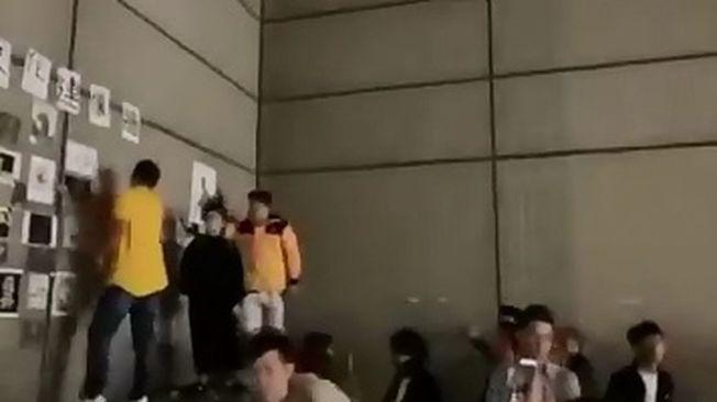 文化大學24日晚間爆發港生設連儂牆遭到陸生撕毀衝突。(取材自YouTube)
