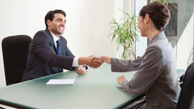 招聘經理表示,面試遲到最可能造成應徵失敗。(取自YouTube)