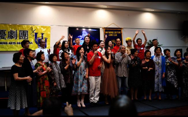 優優劇團與聖瑪利諾獅子會成員日前到艾爾蒙地市的長庚健康中心義演,和年長者共慶中秋佳節,賓主盡歡。(優優劇團提供)