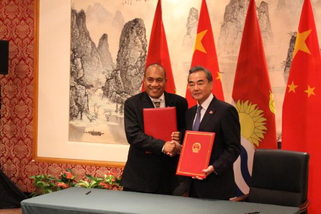 王毅(右)與吉里巴斯總統馬茂交換復交公文。(記者金春香/攝影)