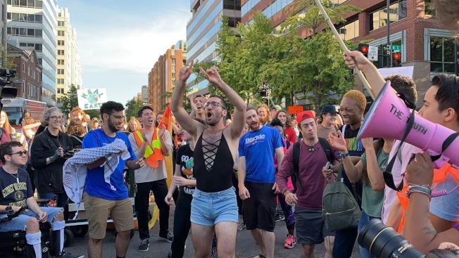 抗議團體於上午9時在麥佛森廣場附近解散,結束前在K街路口歡呼跳舞長達20分鐘。(記者張筠 / 攝影)