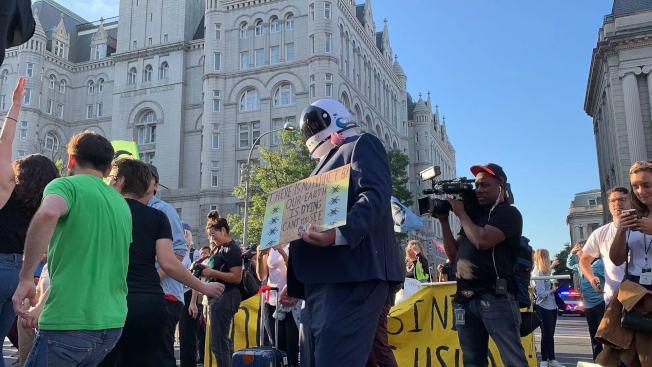 抗議活動於上午8時許達到高潮,抗議者們聚集在賓夕法尼亞大道和12街路口,隨流行音樂舞蹈歡呼慶祝。(記者張筠 / 攝影)
