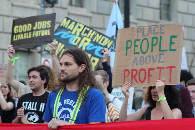 華府數百名環保抗議人士27日再度於早高峰時段湧上街頭,占領華府市區多個重要路口。(記者張筠 / 攝影)