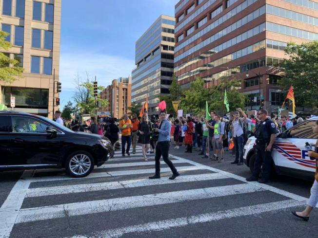 抗議團體一路占領20多個交通路口,影響上班族通勤。(記者張筠 / 攝影)