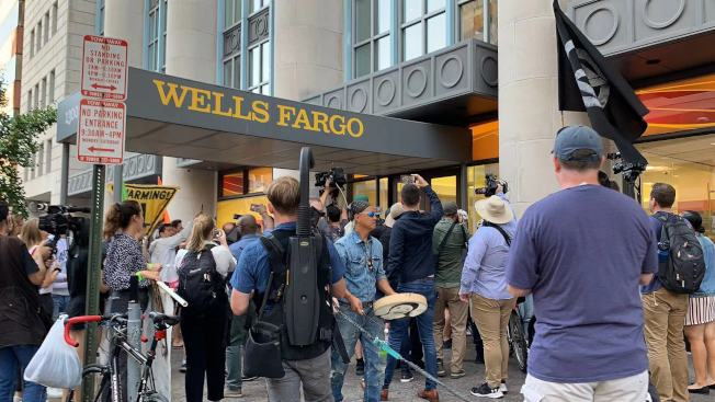 抗議者聚集到位於13街的富國銀行前,抗議資本家破壞環境。(記者張筠 / 攝影)
