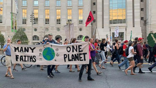 抗議者高舉「綠色能源!就是現在!」等標語,高呼「誰的街道?我們的街道!誰的未來?我們的未來!」等口號。(記者張筠 / 攝影)
