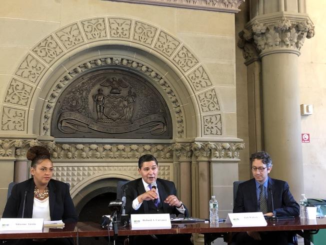 卡蘭扎(中)在圓桌會議上表示自己絕不贊同單一測試決定錄取的制度,並強調取消SHSAT無關種族。(記者金春香/攝影)