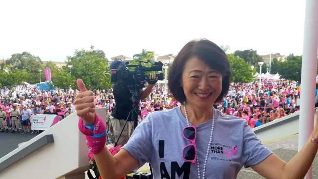 橙縣角聲中心主任黃之怡為防治乳腺癌籌款第一名接受頒獎。(黃之怡提供)