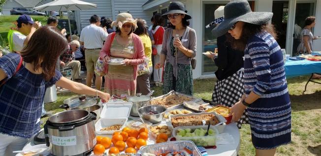 三美群農友們各帶拿手好菜與眾分享。(記者唐嘉麗/攝影)