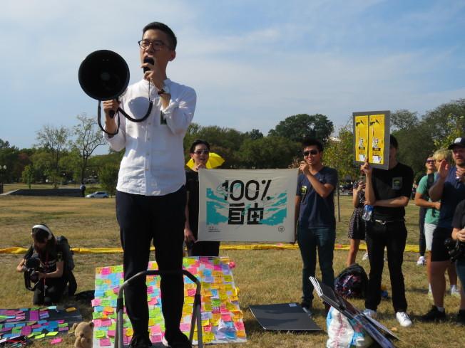 「香港民主會」(HKDC)等組織28日在美國華府舉行活動響應「反極權行動」,香港眾志常委羅冠聰(持大聲公者)出席致詞。華盛頓記者張加/攝影