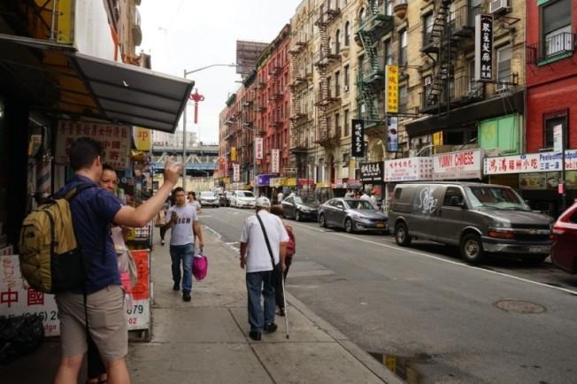 Eldridge Street有「福州一條街」的暱稱,一直是初到紐約的福州移民思鄉時會來的地方。一百年前的同一條街,卻都是猶太移民在此做一樣的事情。(圖:作者提供)