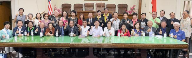 張文山(前排左八)、詹江村(前排左九)抵洛為韓國瑜競選造勢,得到羅省傳統僑社代表支持。(記者高梓原/攝影)