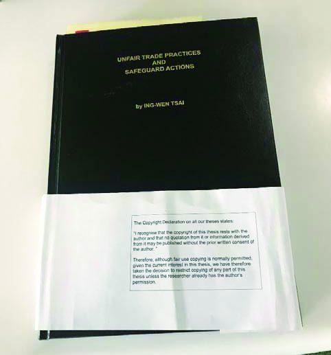徐永泰博士於2019年9月13日在倫敦政經學院圖書館借閱蔡英文論文,拍攝全新的封面。(徐永泰博士提供)