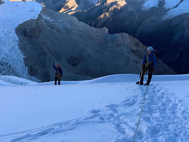 兒子傳回在秘魯的照片,下山時必須身綁繩索,一步步彈跳下山。(圖/許雅寧提供)