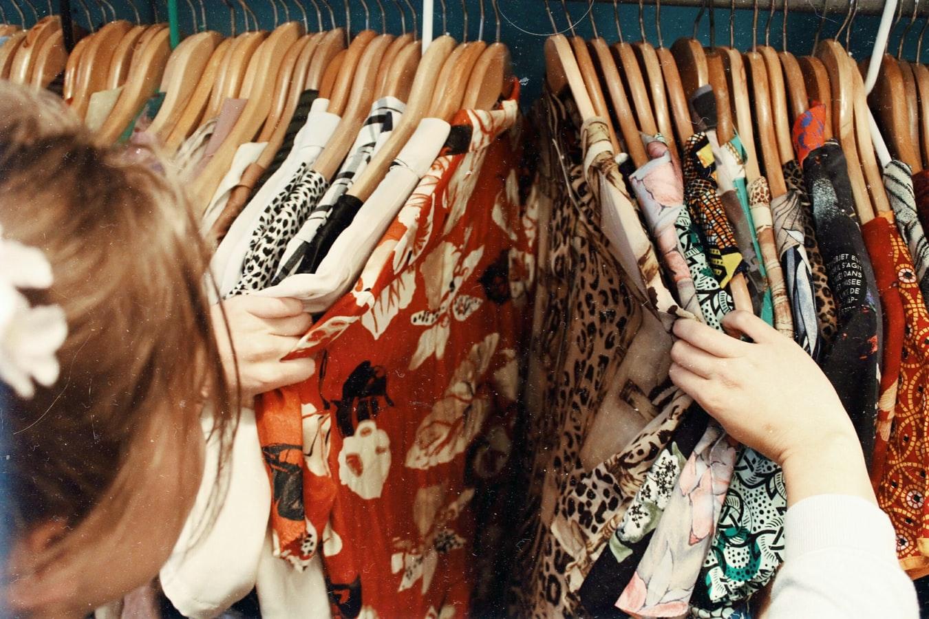 零售商紛紛關店,使年長女性愈來愈難購衣。(Photo by Becca McHaffie on Unsplash)
