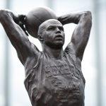 尊榮NBA50大球星巴克利 76人樹立雕像