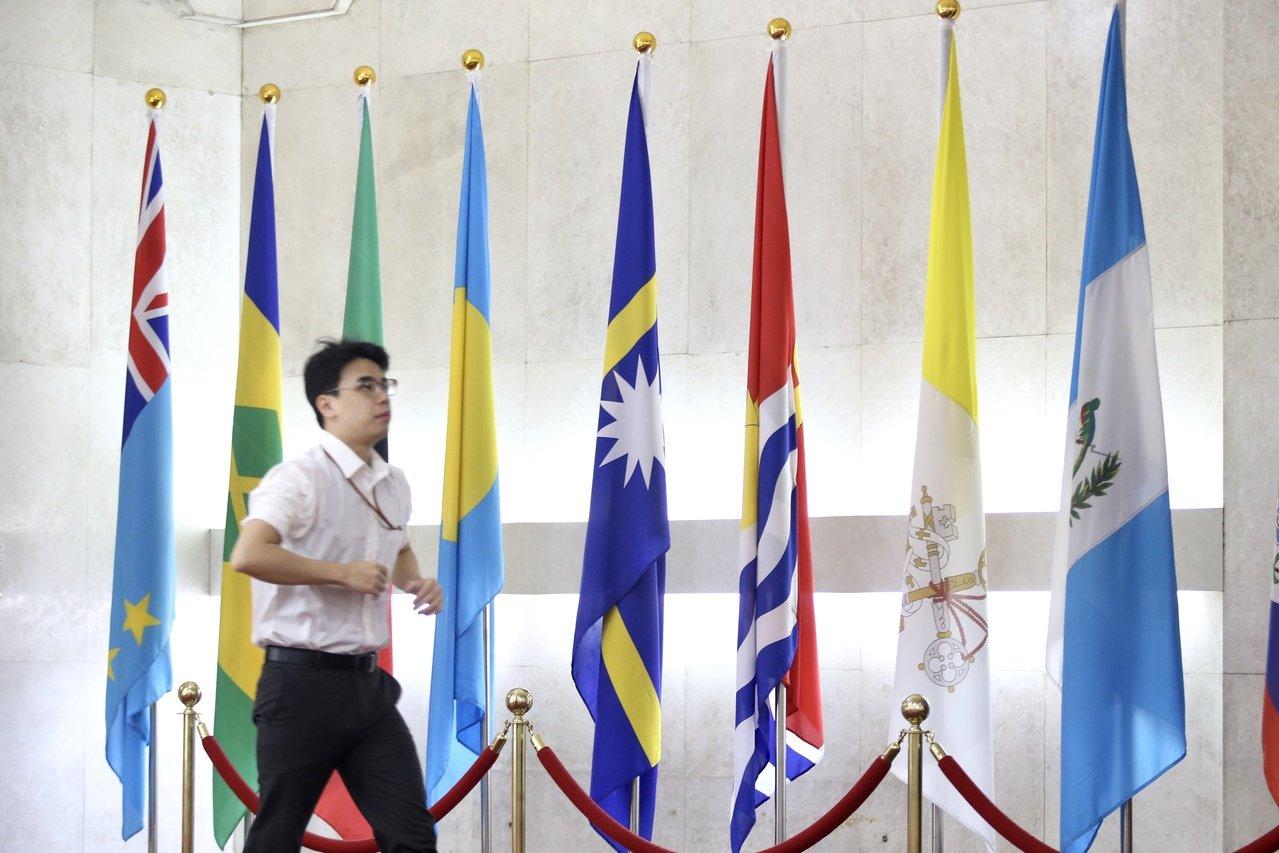 台灣外交部大廳懸掛著吐瓦魯(左一)與吉里巴斯(右三)國旗。 記者林伯東/攝影
