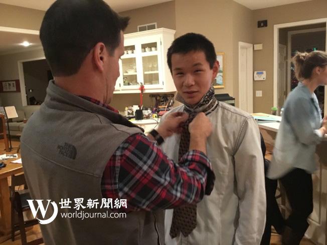 父親崔瑞斯幫兒子國福亮繫領帶。(瑟爾比家庭提供)
