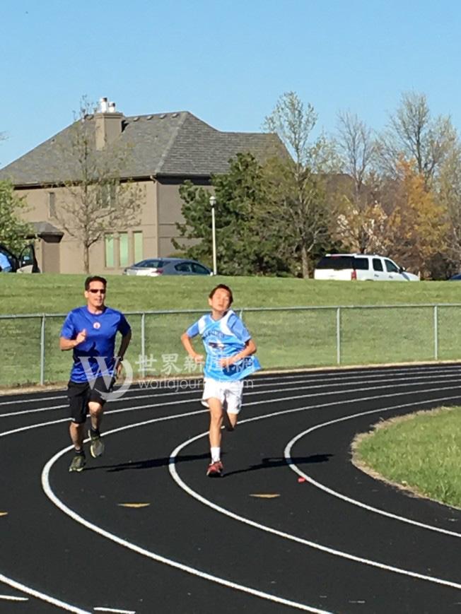 父親崔瑞斯帶著兒子跑步。(瑟爾比家庭提供)