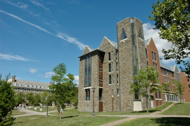 康奈爾大學校園傳統建築古樸厚重。(記者丁曙/攝影)