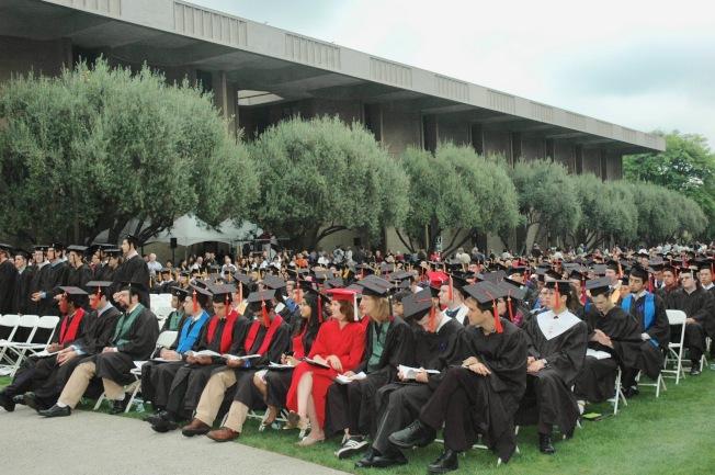 加州理工學院一年一度的畢業典禮,師生聆聽名人主題演講。(記者丁曙/攝影)