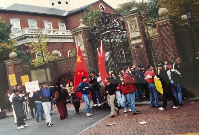 哈佛大學校門外,中國留學生和其他團體集會自由辯論。(記者丁曙/攝影)