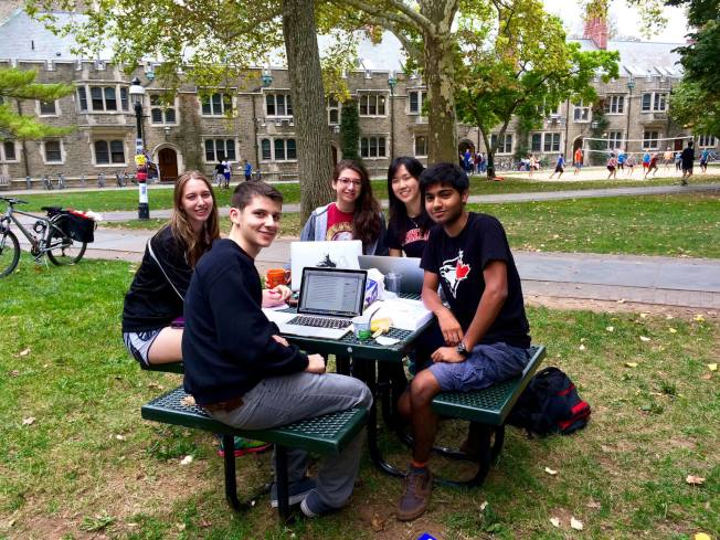 大學生們在普林斯頓校園內學習交流。(圖:校友吳炫寧提供)