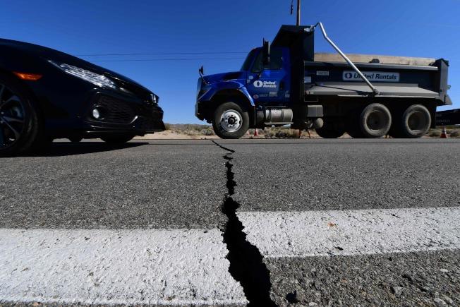 圖為今年七月4日加州發生規模6.4強震後,里奇克萊斯特的公路被震裂。(Getty Images)