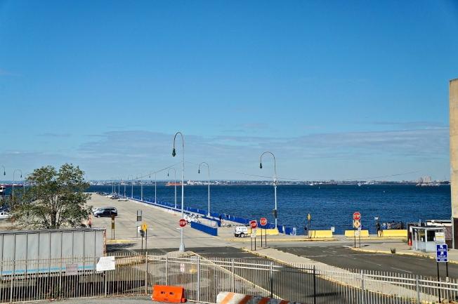 靠近水岸的碼頭規畫成舒適的民眾休憩空間,增加附近的生活機能。