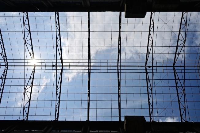 從金屬鏤空屋頂仰望藍天白雲,有被定格的一種平靜感。