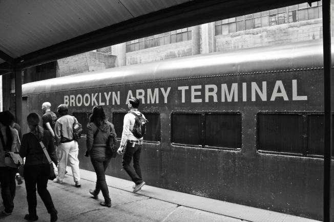 兩節數十年前載送軍人來布碌崙陸軍碼頭的列車車廂,仍停靠在倉儲內的舊月台上。