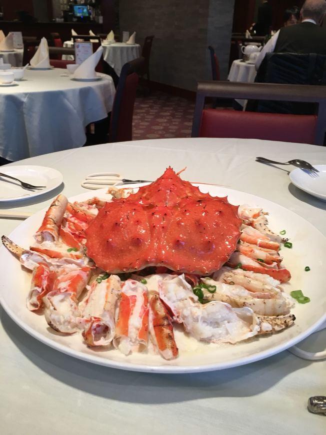 這隻14磅的皇帝蟹成了老饕們的大餐。蟹肉鮮甜多汁。
