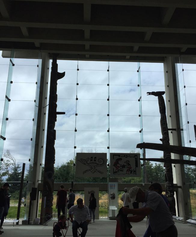 人類學館大廳一面是一大片玻璃。