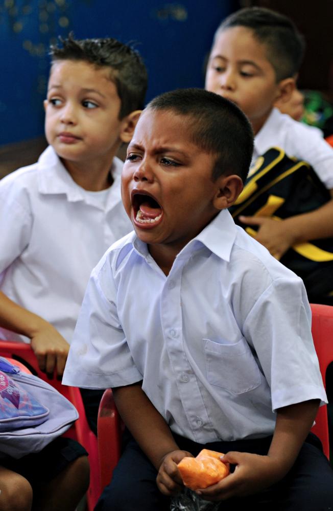 開學第一天,場面既混亂又吵雜,任何小孩都可能覺得難以應付。圖為一名男孩上學第一天大哭。(Getty Images)
