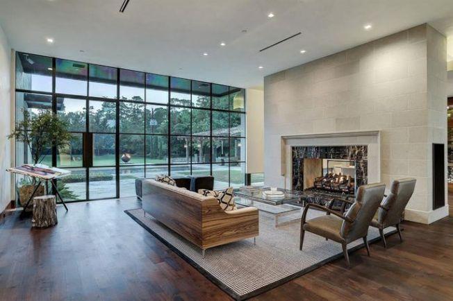 一個雙面壁爐連接客廳和飯廳,飯廳配備可容納750瓶葡萄酒的酒櫃。(Realtor)