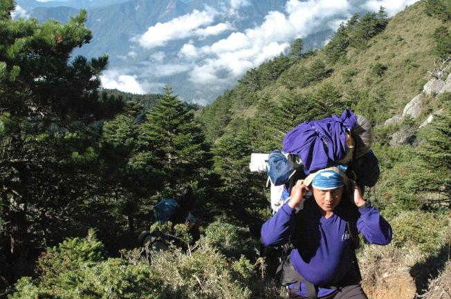 登山應量力而為,背負行李裝備勿過重。(本報資料照片)