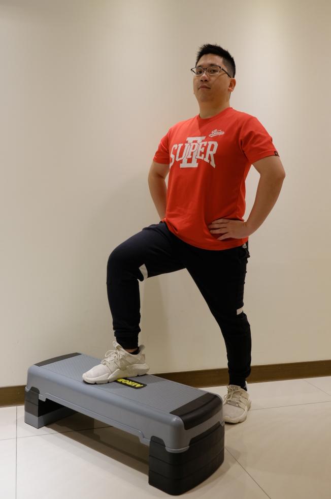 運動訓練 單腳登階。圖/聯新國際醫院提供