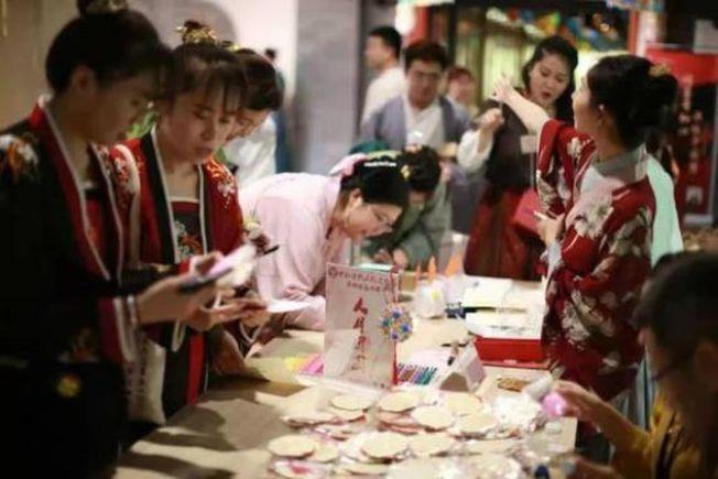 北京月壇公園,漢服愛好者參加中秋節活動。(取材自新京報)