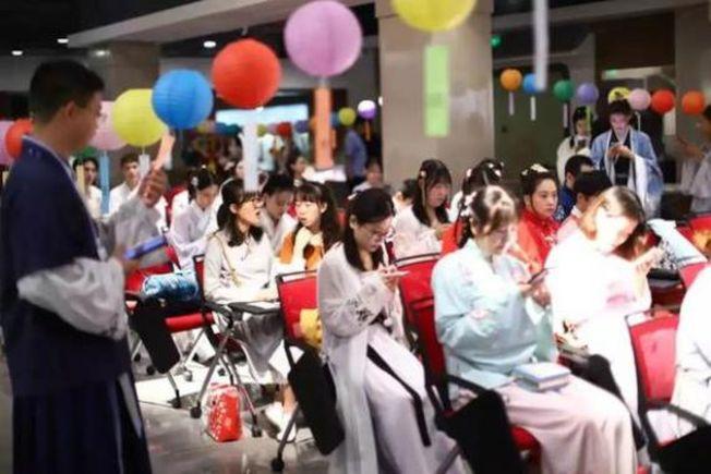 北京月壇公園今年中秋節活動現場,大家穿著各式漢服,現場懸掛著氣球。(取材自新京報)