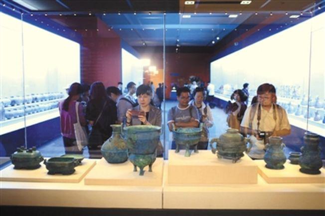 「回歸之路——新中國成立70周年流失文物回歸成果展」在國博開幕,此次展覽統籌調集全國12個省市、18家文博單位的600餘件文物參展。今年8月從日本追回的曾伯克父青銅組器亮相。(取材自新京報)